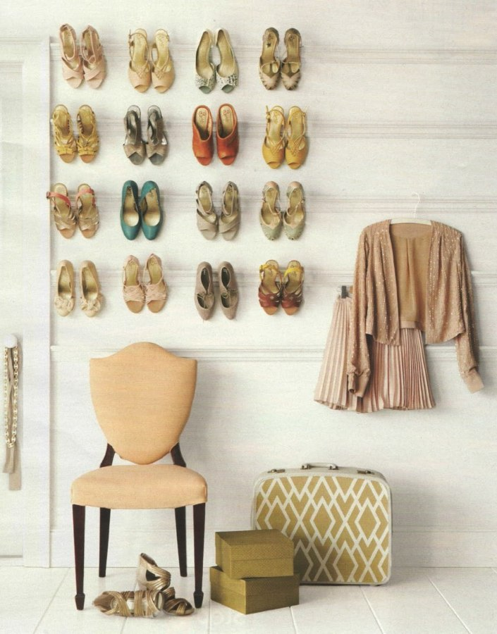 pared-con-zapatos-colgados-956902